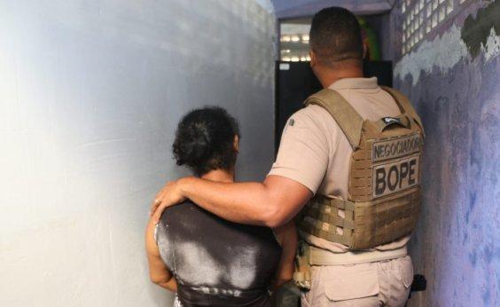 [Suspeito em fuga invade casa e faz mulher refém por duas horas]