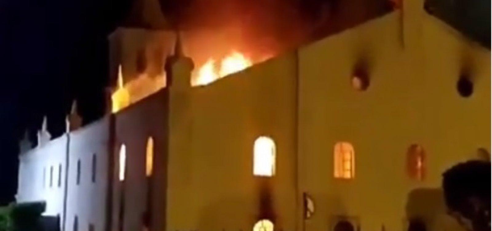 [Incêndio destrói parte de igreja da cidade de Monte Santo; vídeo]