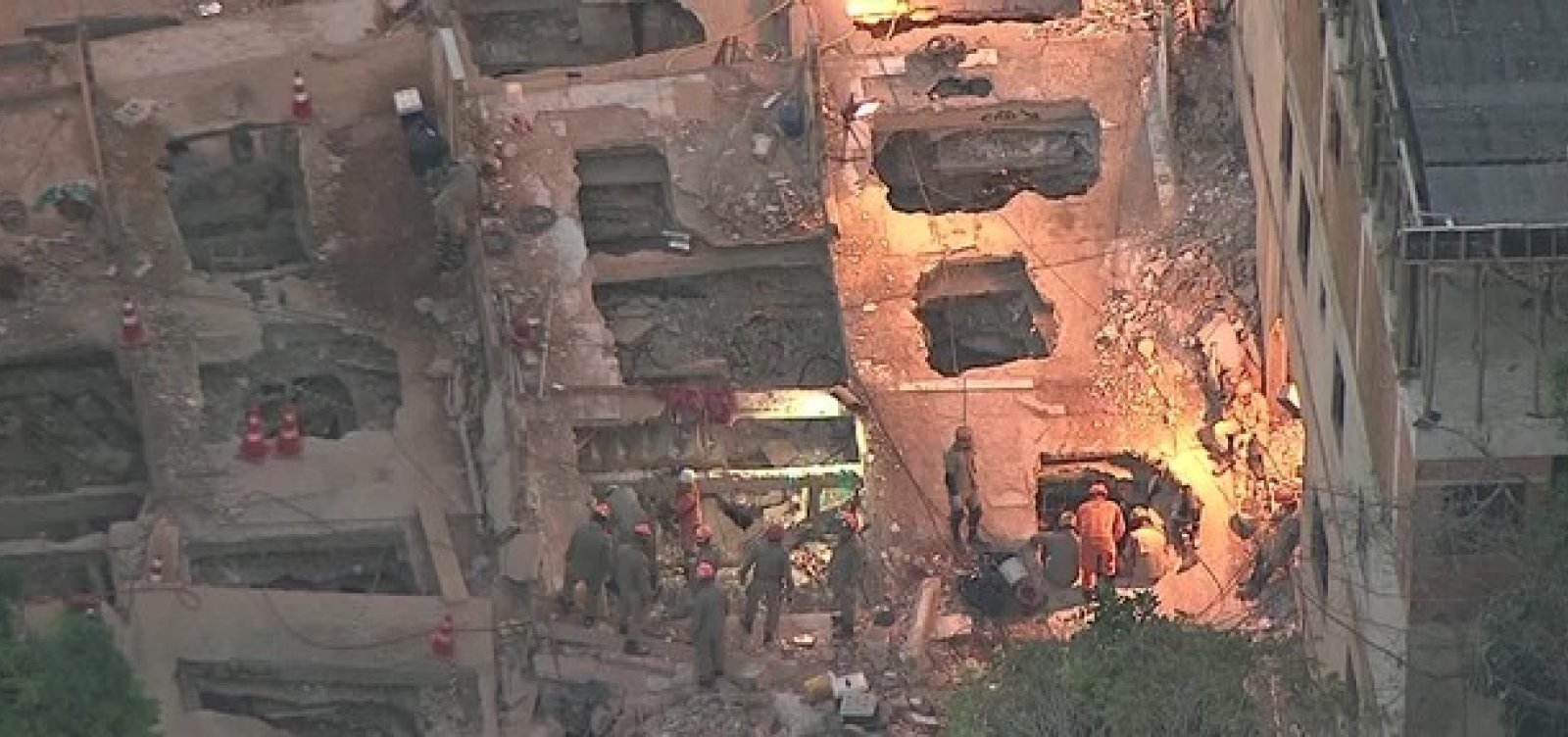 [Bombeiros resgatam a última vítima desaparecida nos escombros de desabamento na Muzema]