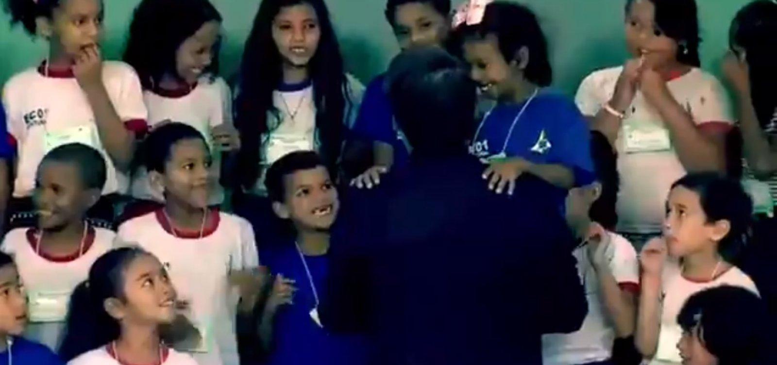 [Criança não se recusou a cumprimentar Bolsonaro, diz governo]