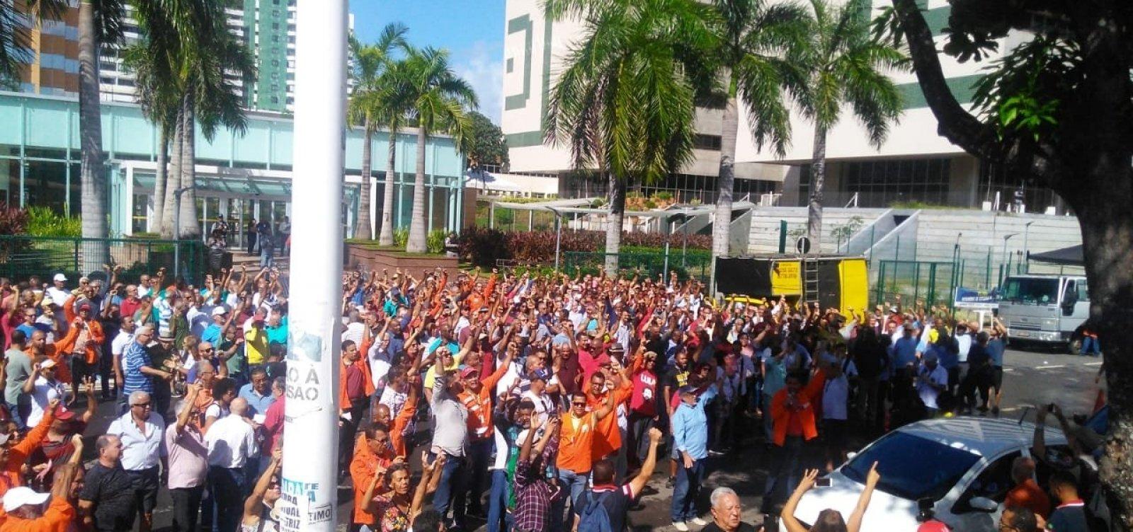 [Trabalhadores fazem protesto em frente à sede da Petrobras em Salvador]