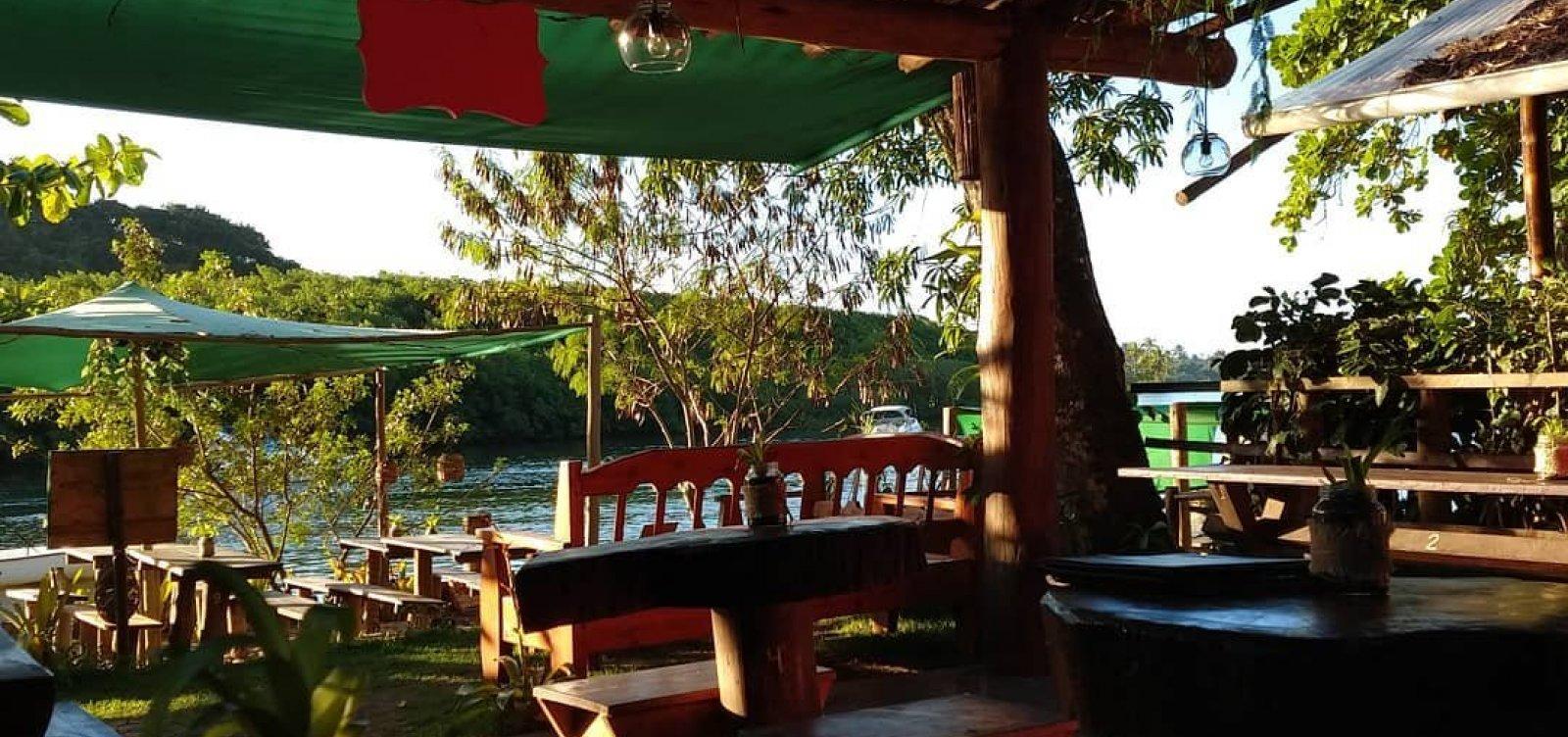 [Restaurante Manga Rosa: para almoço, drinques e petiscos com vista para o rio, em Caraíva]