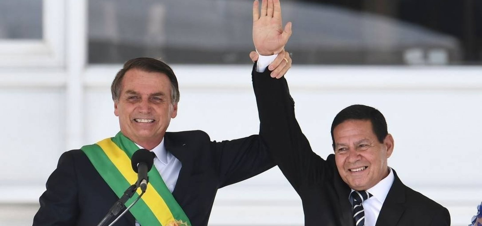 [Bolsonaro sugere que Mourão age como presidente paralelo, diz jornal]