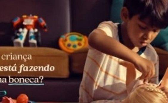 [Comercial da Hasbro mostra que meninos podem brincar de boneca]