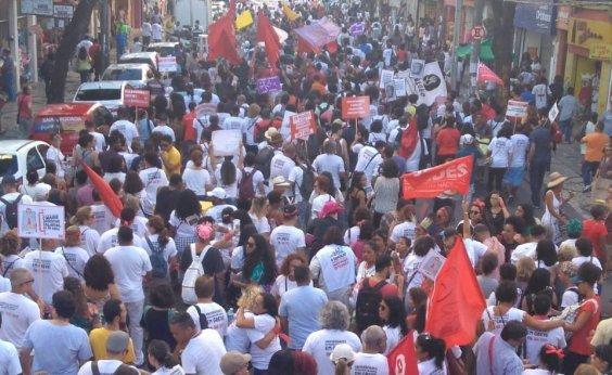 [Professores e estudantes fazem caminhada durante protesto em Salvador]