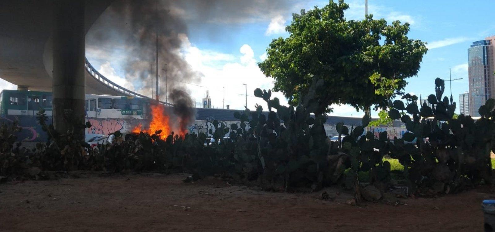 [Carro pega fogo em frente ao Shopping da Bahia]