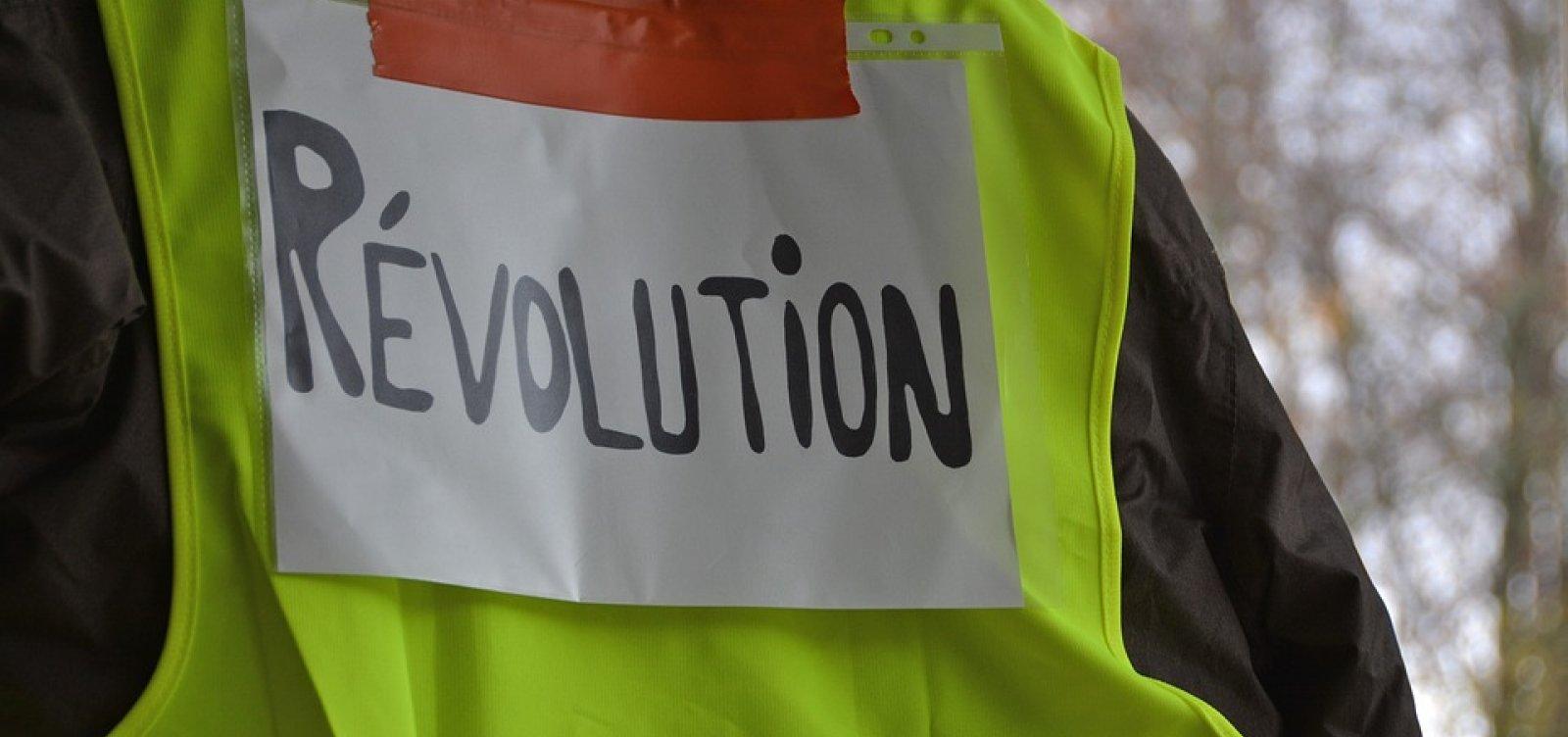 [Coletes Amarelos protestam mesmo após medidas em resposta à crise social na França]