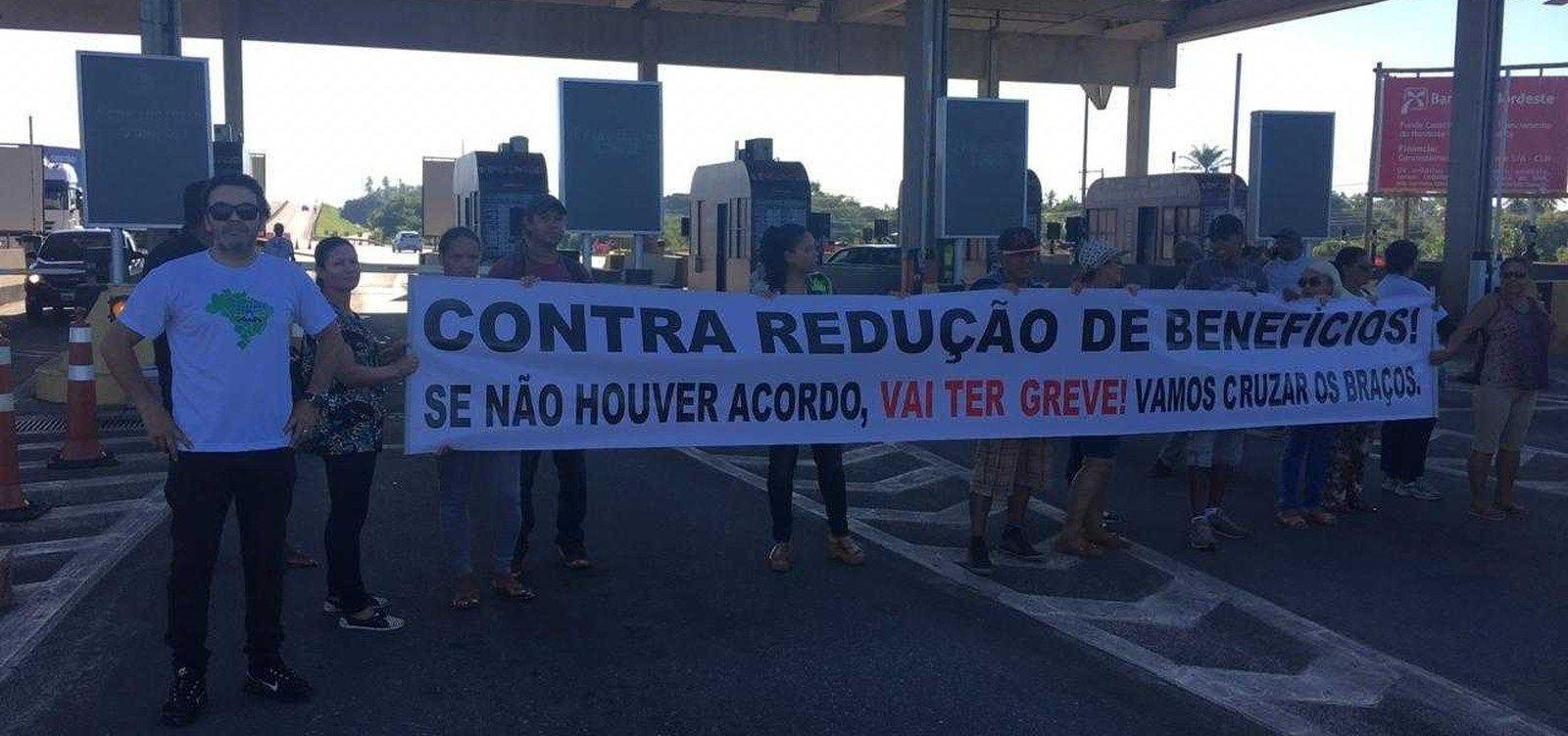 [Grupo de trabalhadores faz protesto na praça de pedágio da Estrada do Coco]