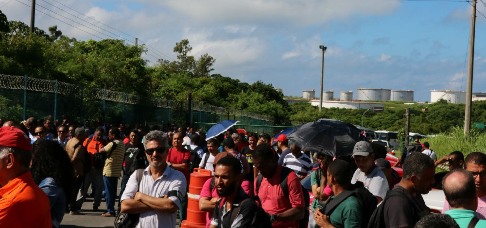 [Trabalhadores protestam contra venda da Refinaria Landulpho Alves ]