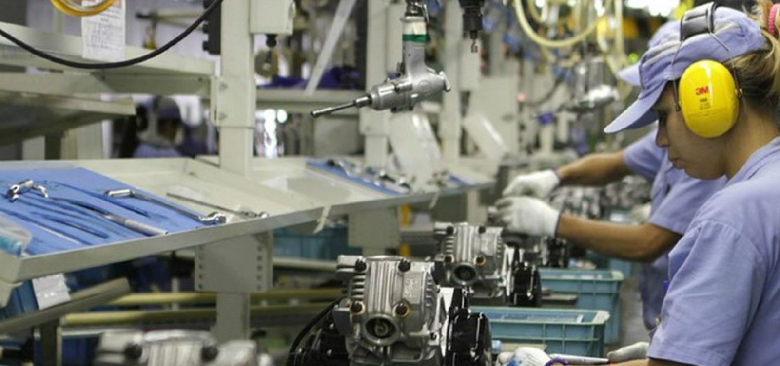 [Produção industrial cai 1,3% no mês de março, aponta IBGE]
