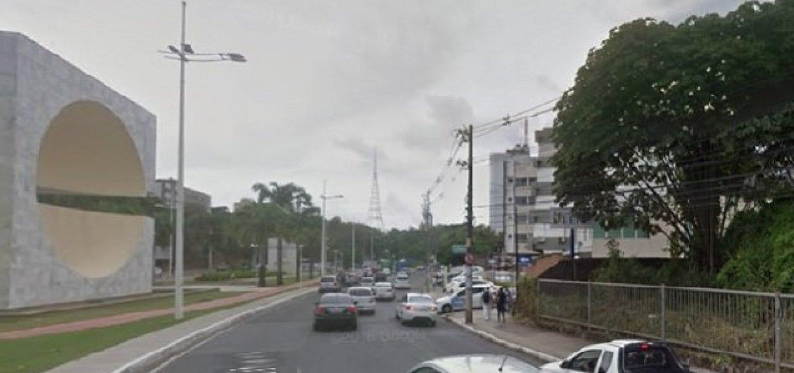 [Vazamento de água em pista deixa trânsito lento na Avenida Garibaldi ]