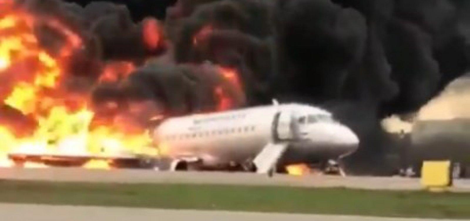 [Incêndio em avião que fez pouso de emergência deixa 13 mortos na Rússia]