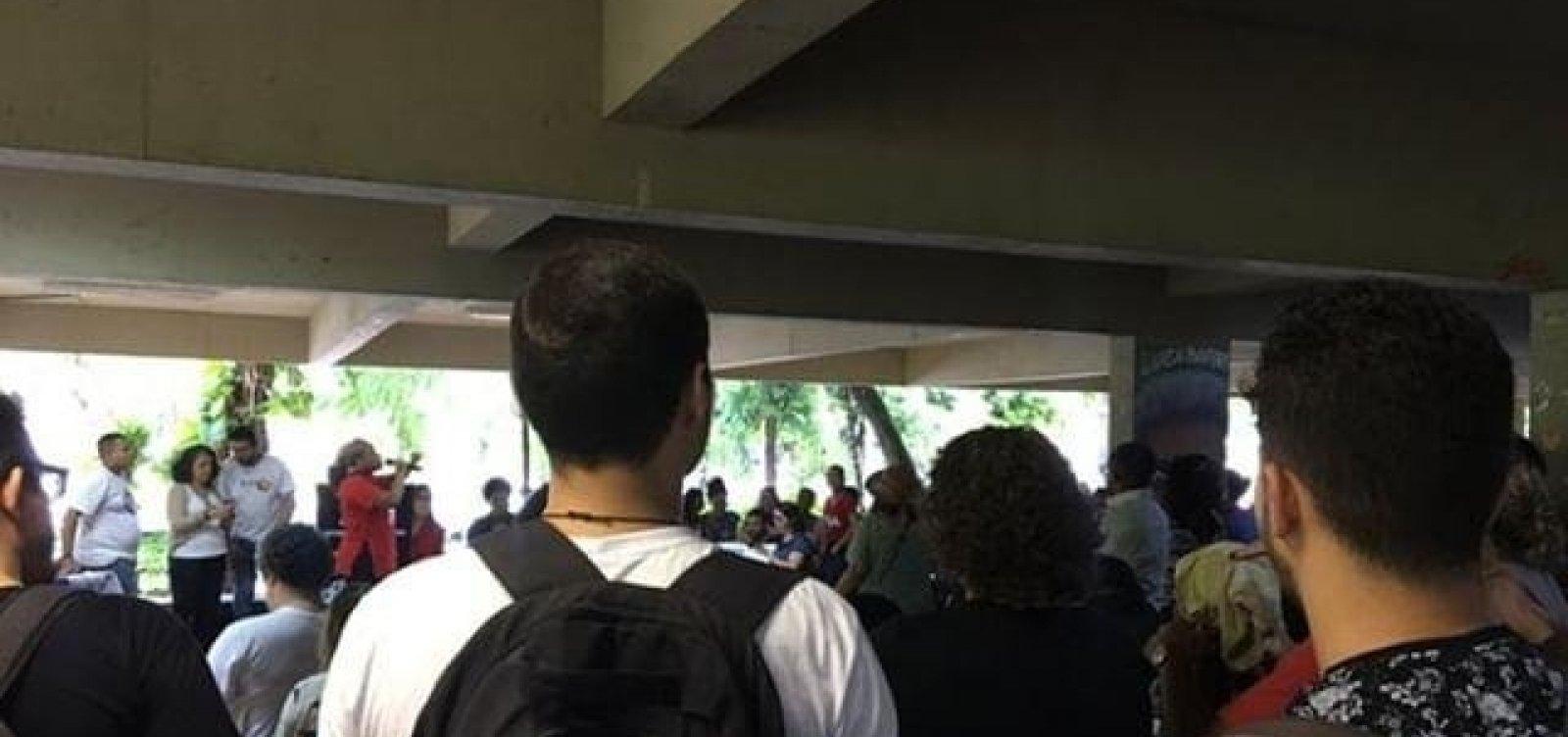 [Após corte de verbas, estudantes e professores fazem ato em defesa da Ufba]