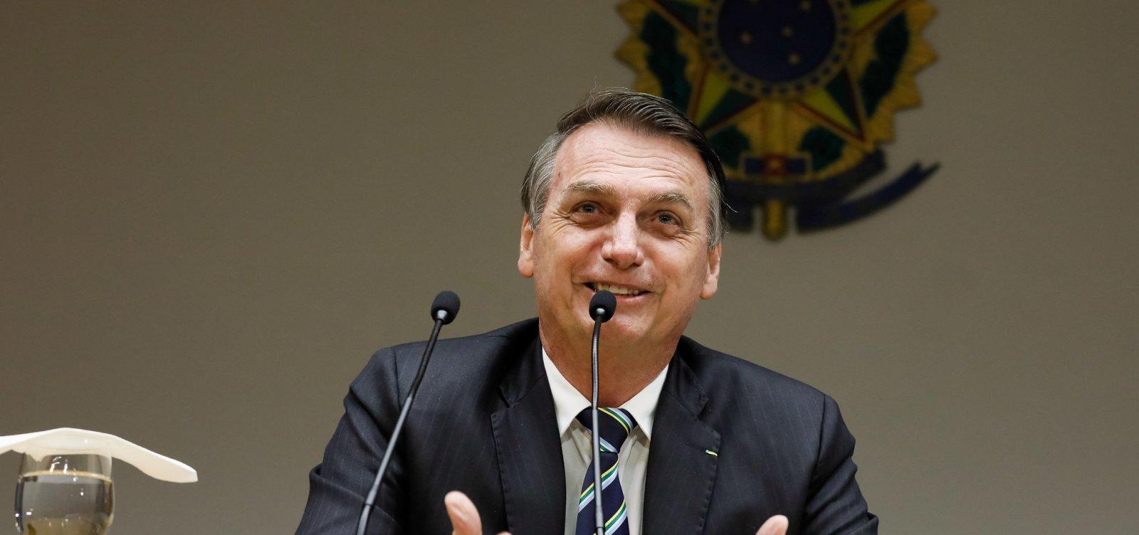 [Bolsonaro pede paz entre militares e Olavo, mas astrólogo continua com ofensas]
