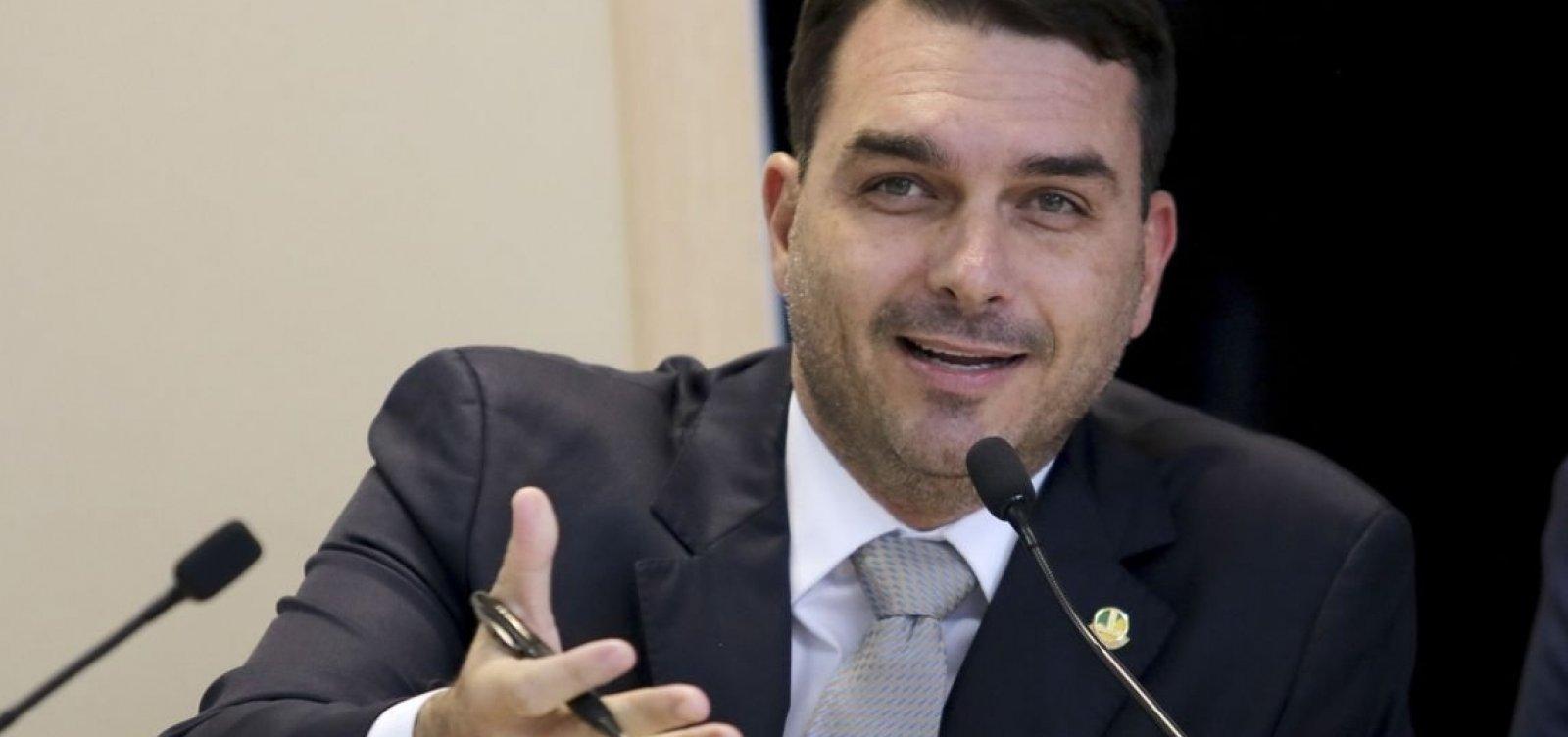 [Flávio Bolsonaro dá versões falsas sobre extrato bancário ]