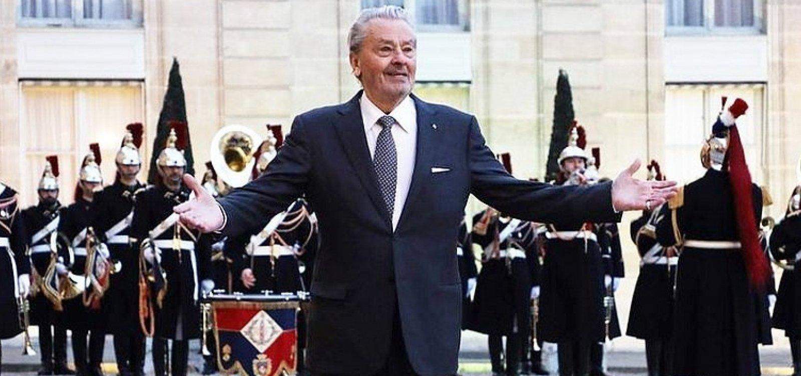 [Alain Delon é alvo de protestos em Cannes, após dizer que já estapeou mulheres]