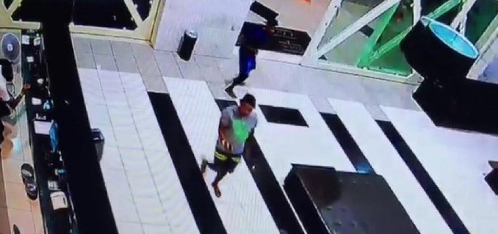 [Jovem é preso e menor apreendido por atirar turista durante assalto em flat]