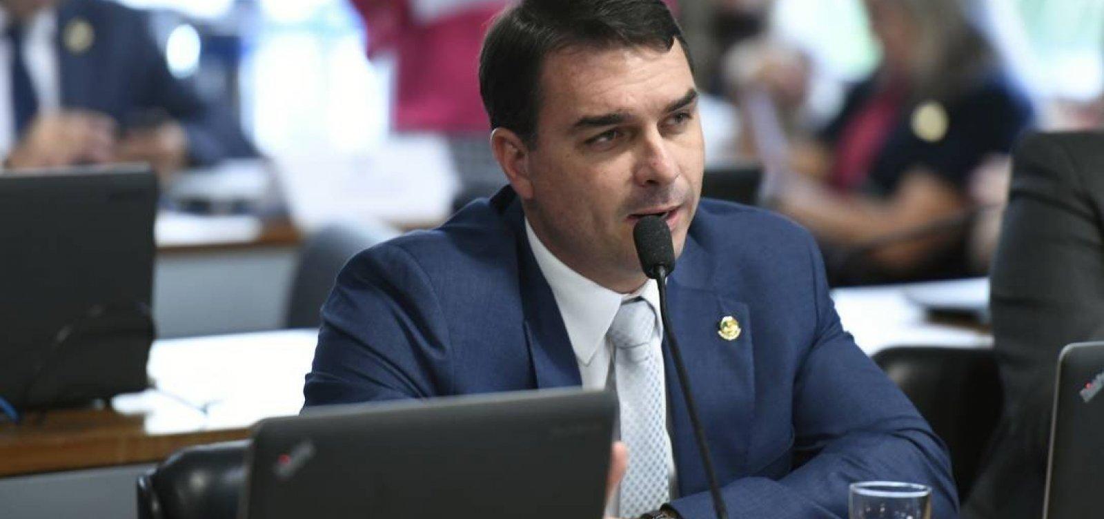 [Assessor de Flávio Bolsonaro depositou R$ 90 mil na conta da mãe, que não lembra da transação]