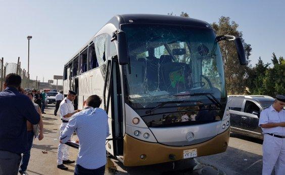 [Bomba explode próximo a ônibus de turismo nos arredores de pirâmides no Egito]