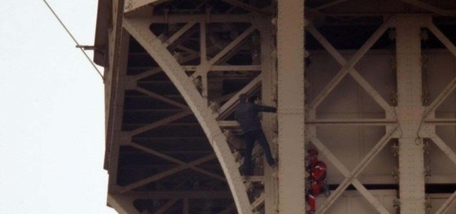 [Torre Eiffel é fechada após homem escalar monumento]