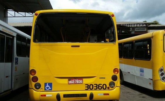[Ônibus é flagrado circulando sem vidro traseiro em Salvador]
