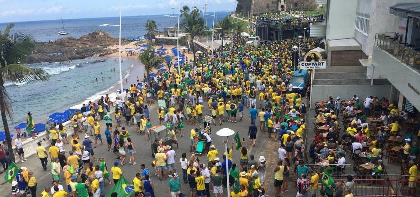 [Ato pró-Bolsonaro leva centenas de pessoas à Barra em Salvador]