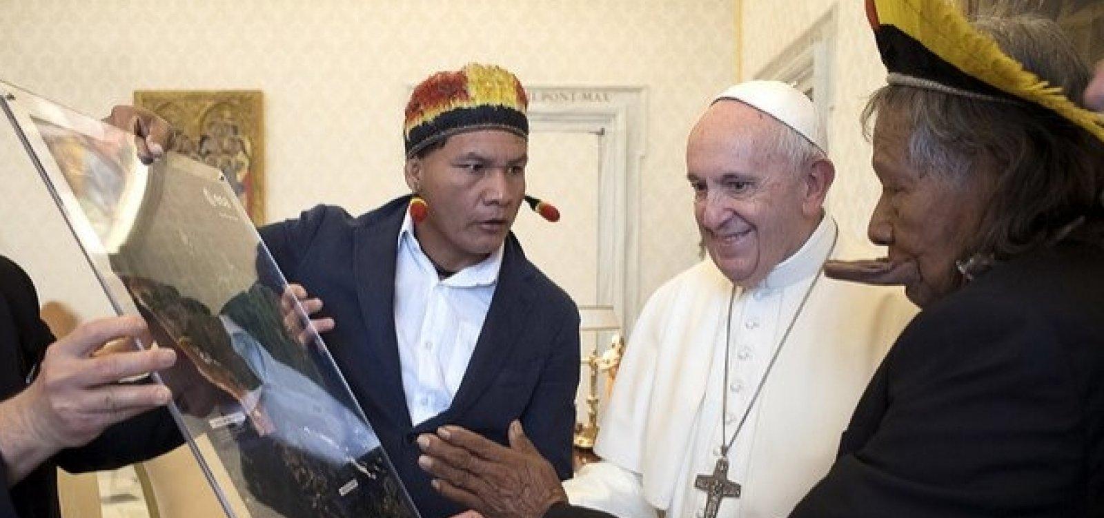 [Papa Francisco recebe líder indígena brasileiro no Vaticano]