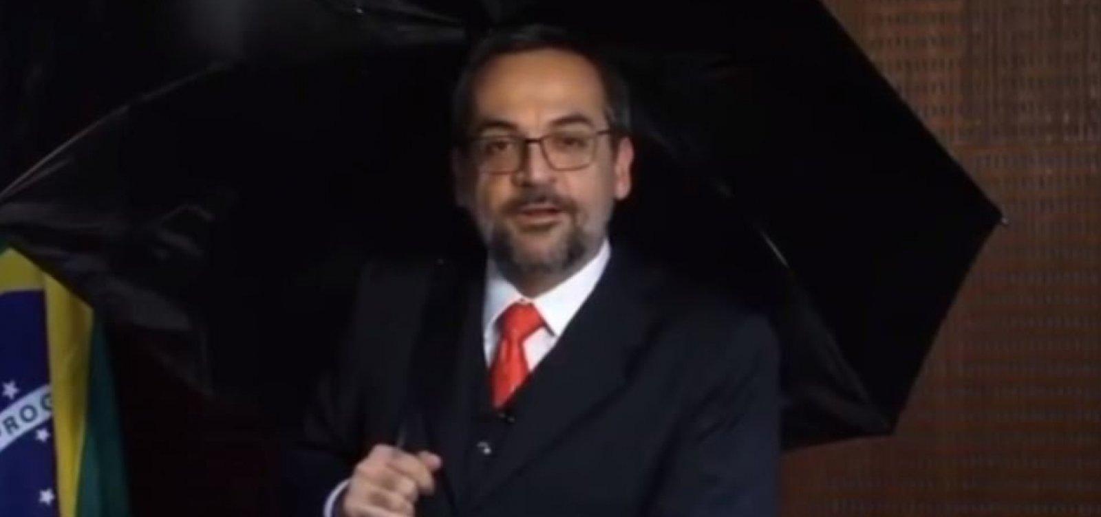 [Veja: ao estilo 'Singin' in the Rain', Weintraub grava vídeo contra fake news]