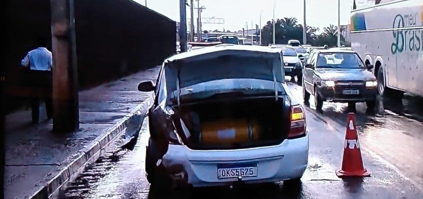 [Acidente entre dois carros deixa trânsito lento na Paralela]