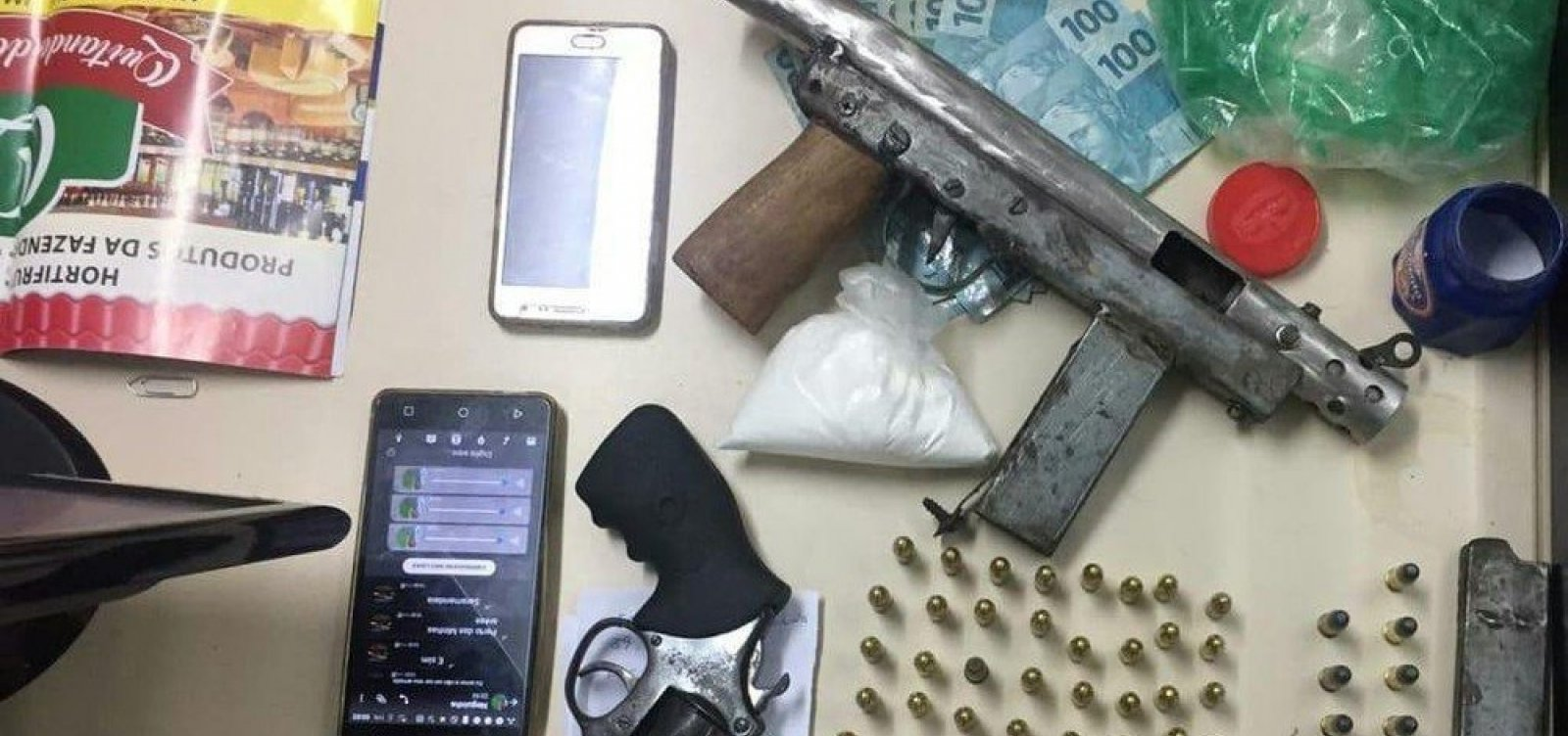 [Polícia prende casal com submetralhadora e drogas em Arembepe]