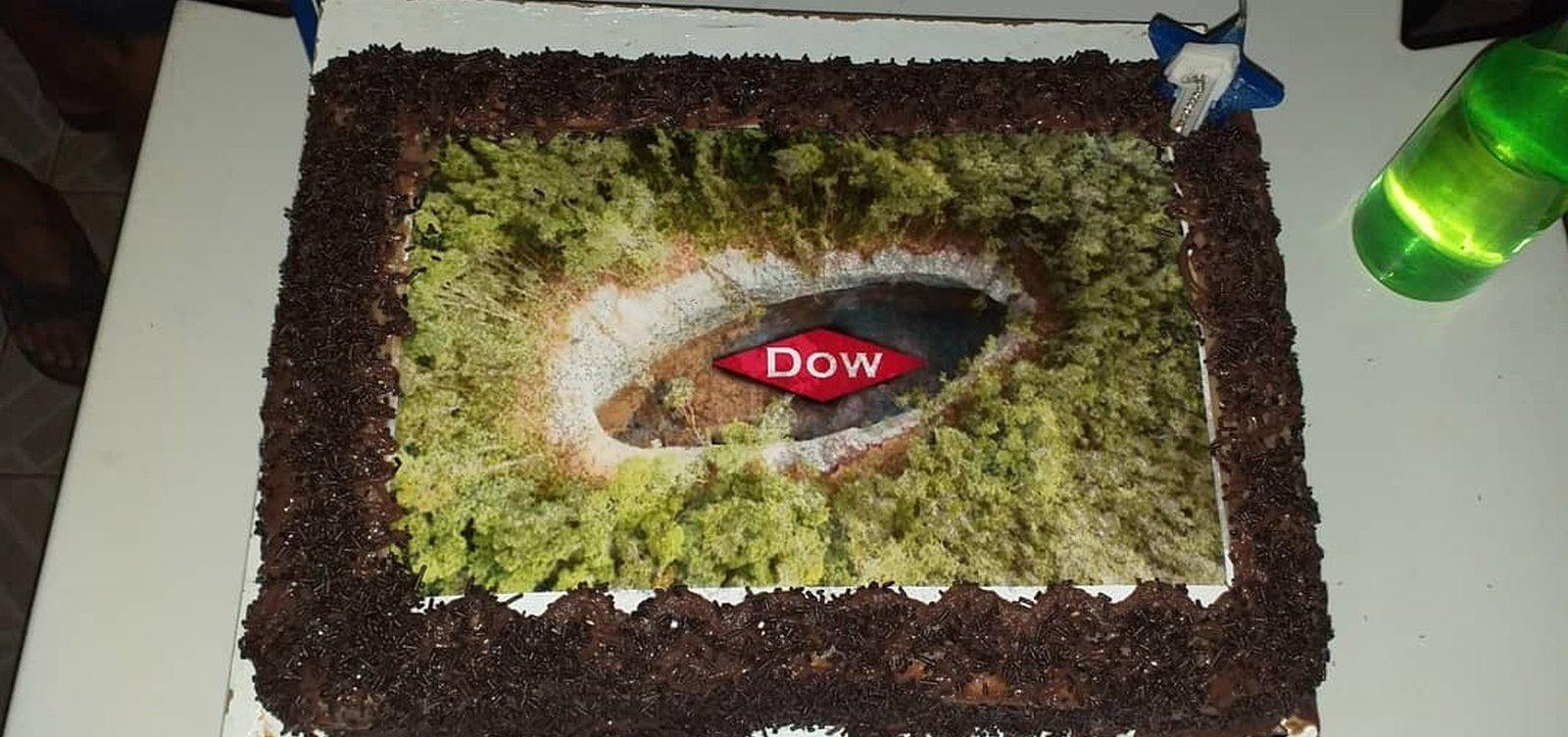 [Moradores fazem bolo para 'comemorar 'um ano de cratera em Vera Cruz]