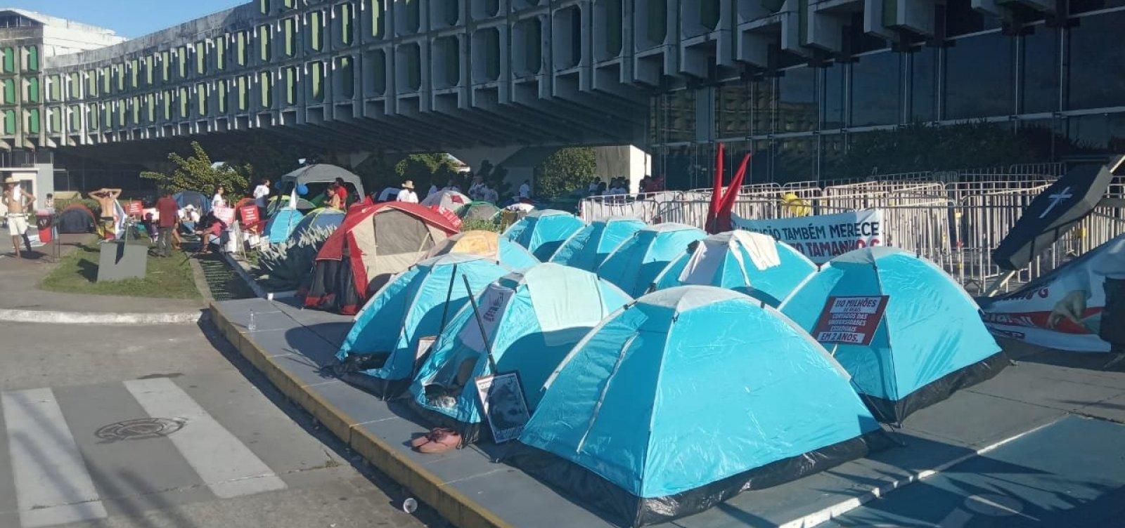 [Após aprovar continuidade da greve, professores acampam em frente à Secretaria da Educação]