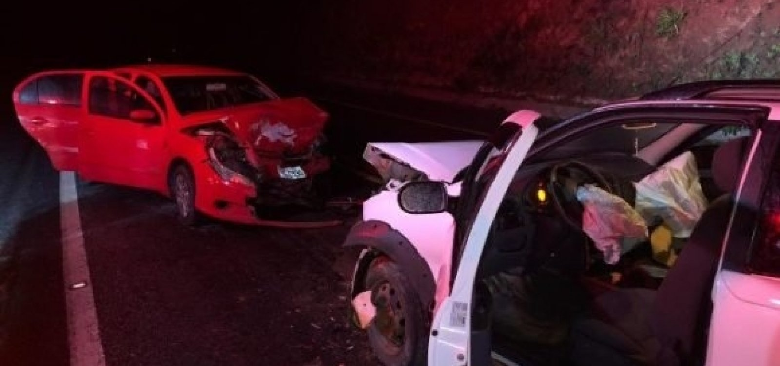 [Colisão entre dois carros de passeio deixa quatro feridos na BR-101]