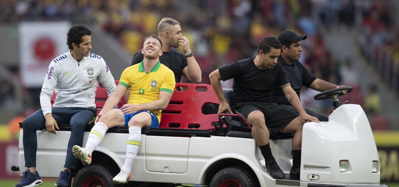 [Após pancada no joelho, volante Arthur pode ficar fora da estreia na Copa América]