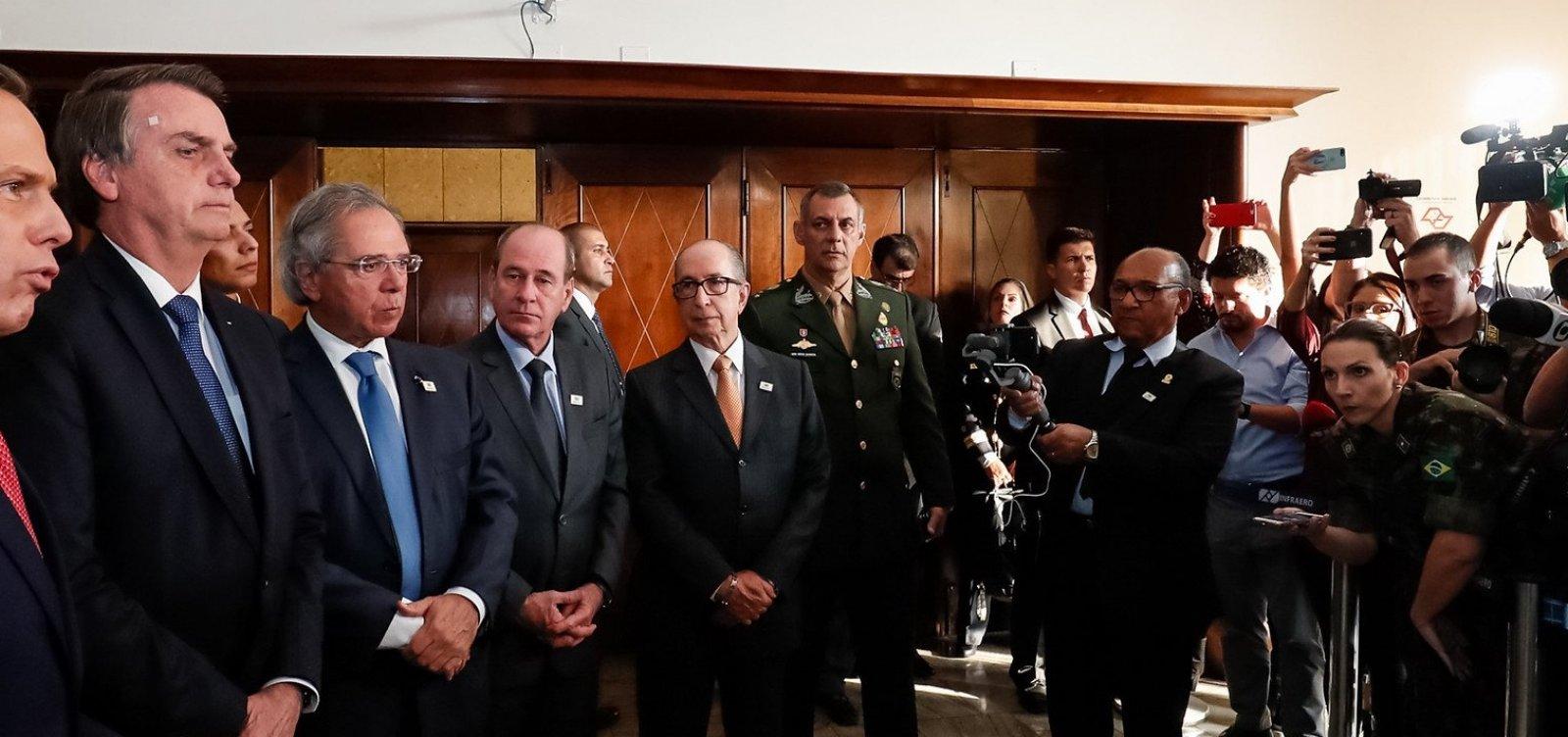 [Bolsonaro abandona entrevista ao ser questionado sobre situação de Moro; veja]