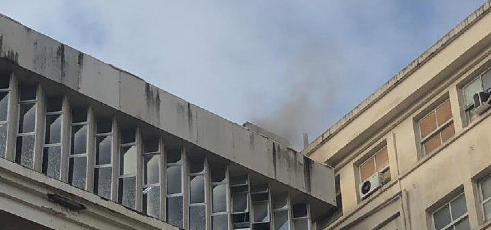 [Bombeiros confinam incêndio no Hospital das Clínicas]
