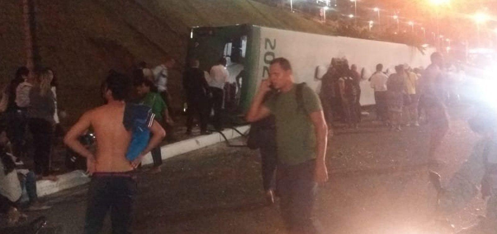 [Acidente com ônibus na BR-324 deixa 27 feridos]