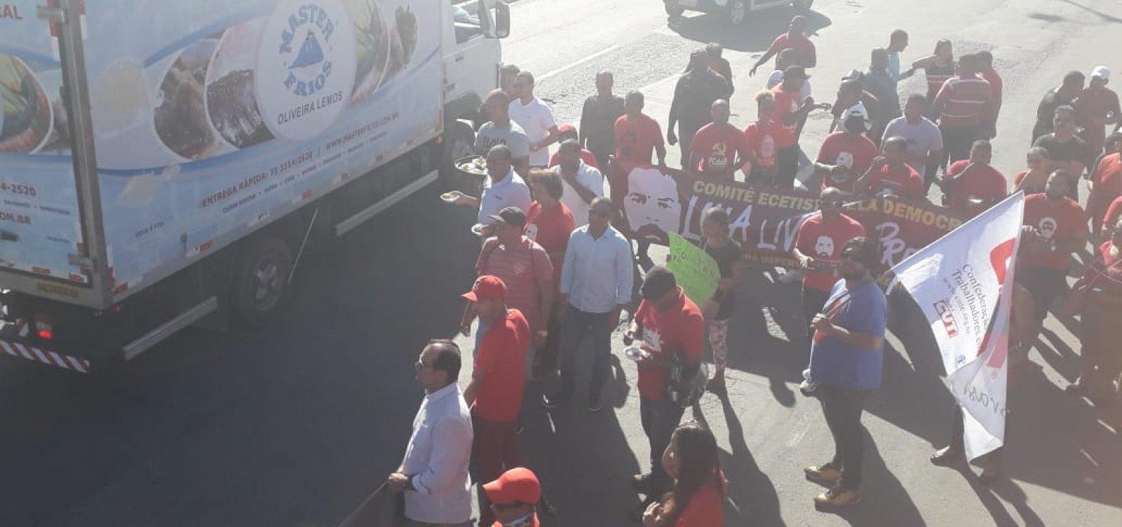 [Manifestantes contra reforma da Previdência protestam na Estrada do Coco]