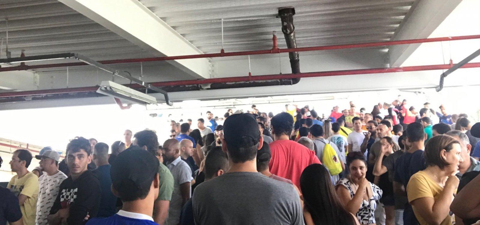 [Torcedores enfrentam longas filas para retirar ingressos da Copa América em Salvador]