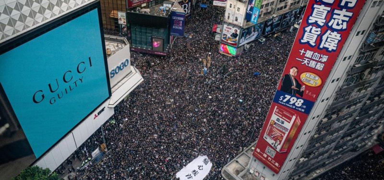 [Dois milhões vão à rua em Hong Kong para pedir a saída de líder]