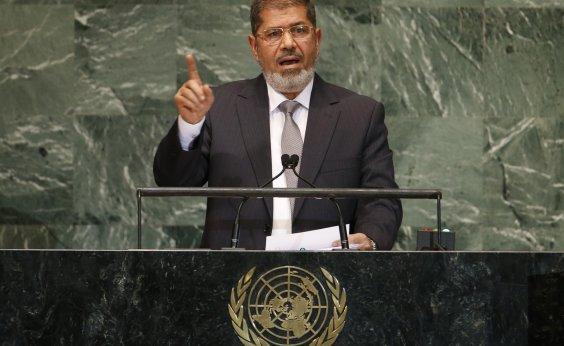 [Ex-presidente do Egito passa mal em tribunal e morre, diz tv]