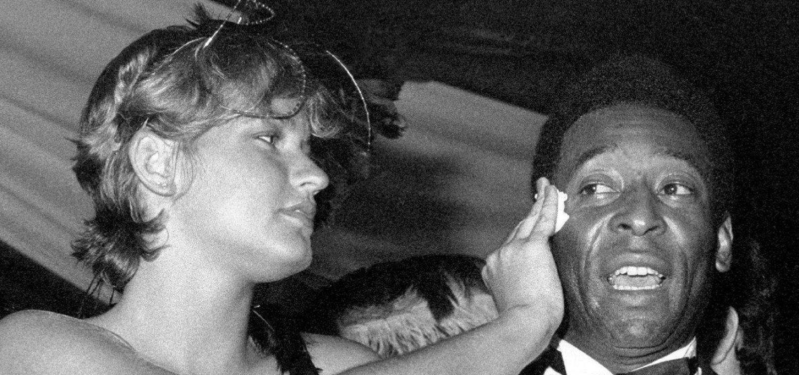 [Xuxa revela que fez filme erótico para agradar Pelé]