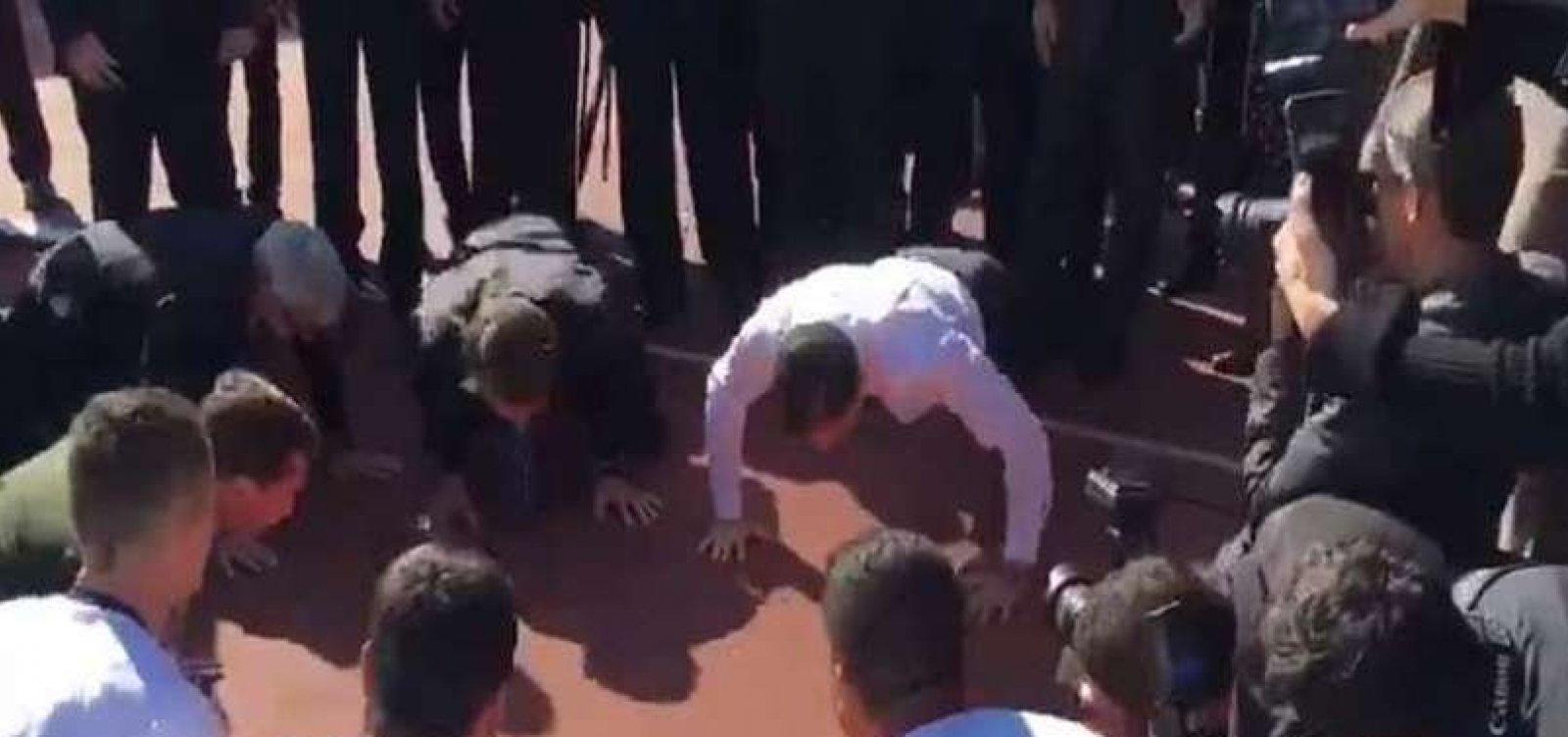 [Após cerimônia, Bolsonaro e Doria fazem flexões em Comitê Paralímpico Brasileiro]