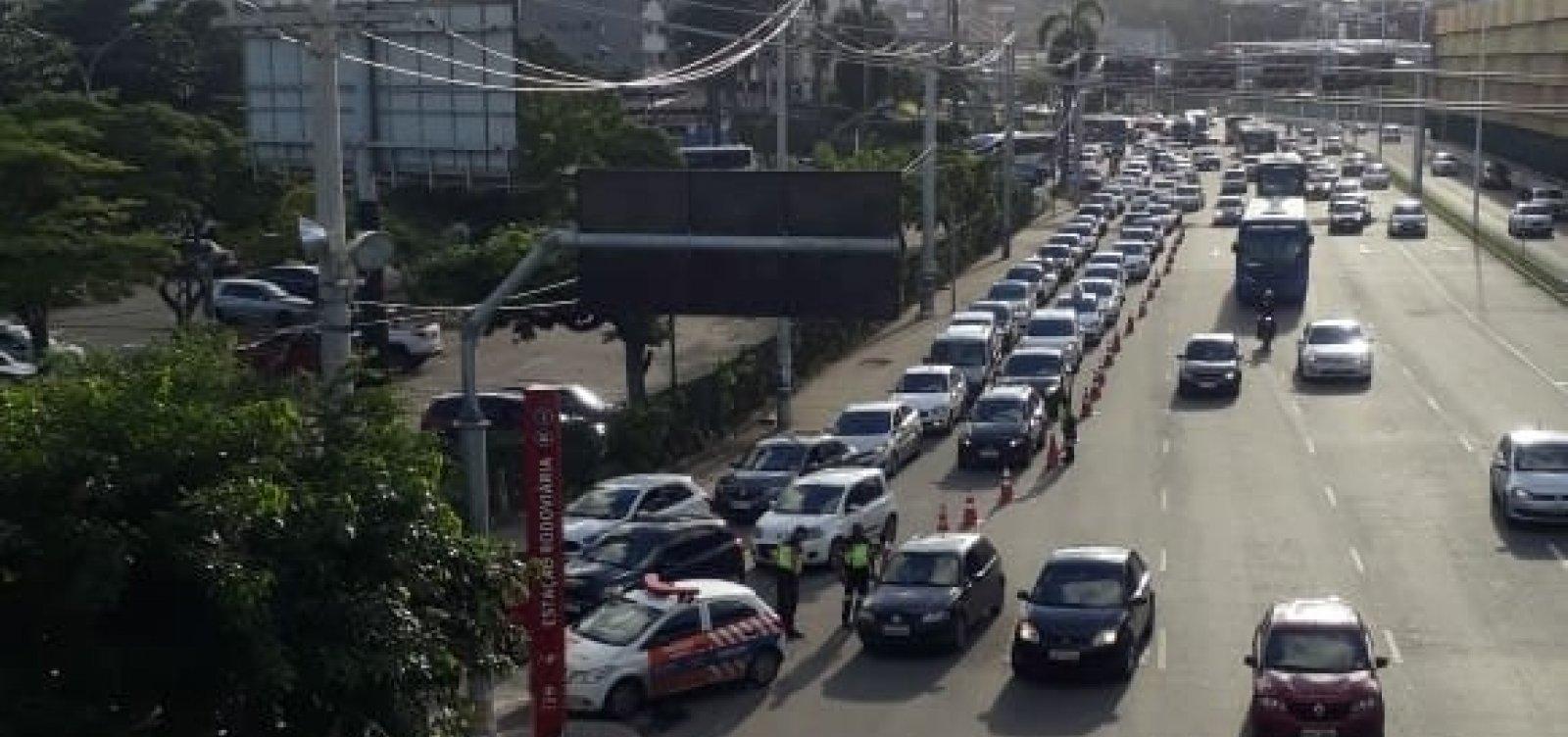 [Rodoviária tem longa fila de veículos nas vésperas do feriadão de São João]