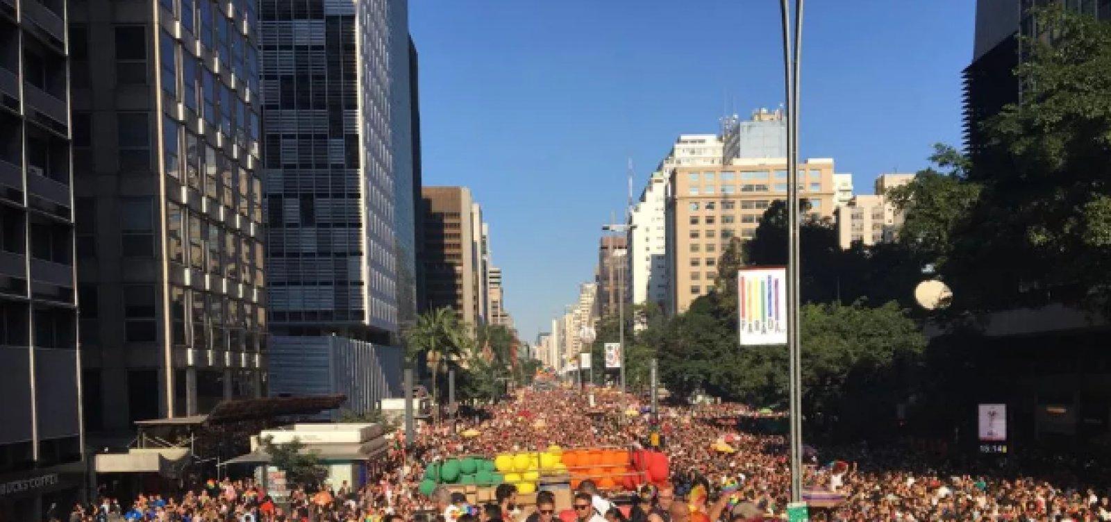 [Parada LGBT reúne multidão em São Paulo]