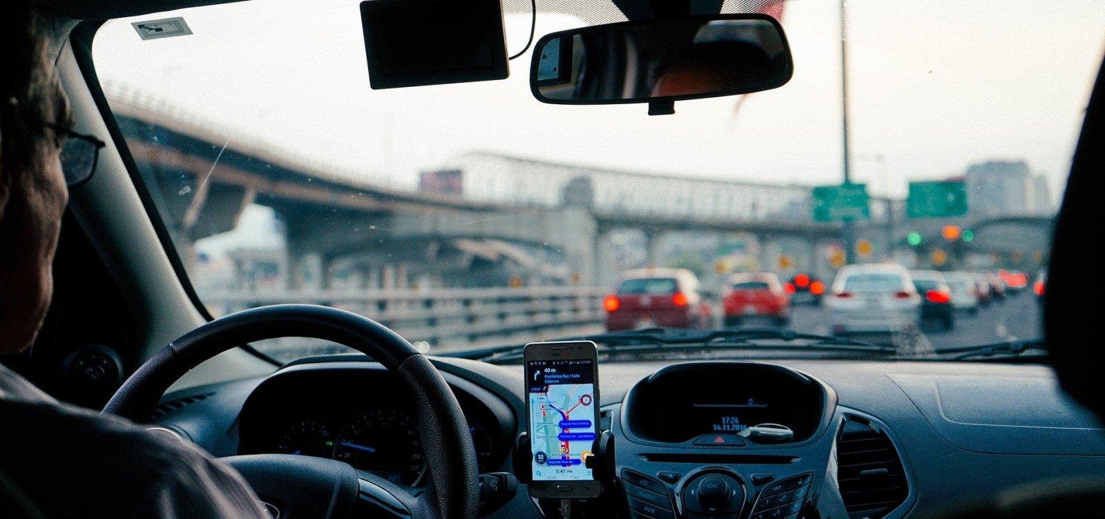 [Um em cada cinco motoristas no Brasil admite uso do celular ao dirigir, aponta pesquisa]