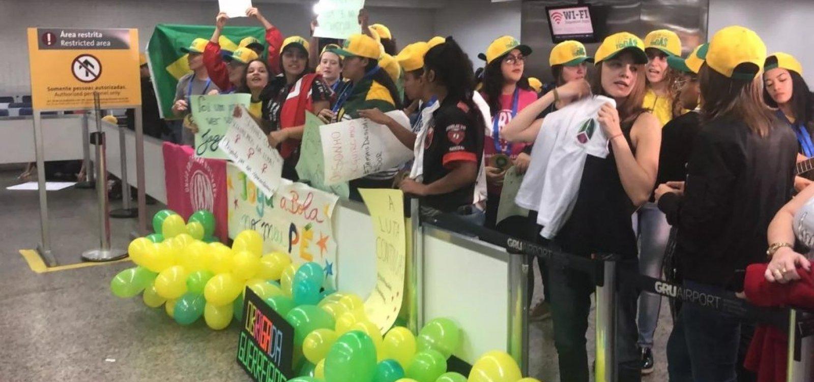 [Seleção feminina desembarca em São Paulo após eliminação e é recebida por torcedoras]