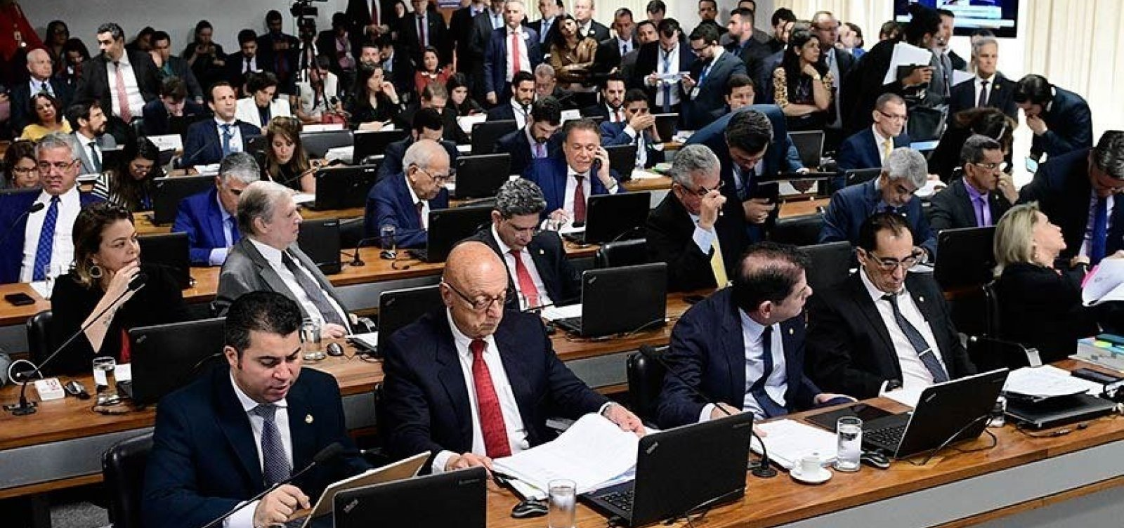 [Adiada votação sobre perda de mandato para condenados pela Ficha Limpa em comissão do Senado]