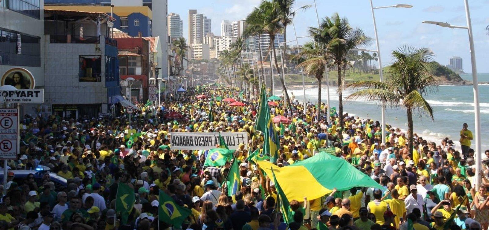 [Em apoio ao governo Bolsonaro, manifestantes protestam no Farol da Barra ]