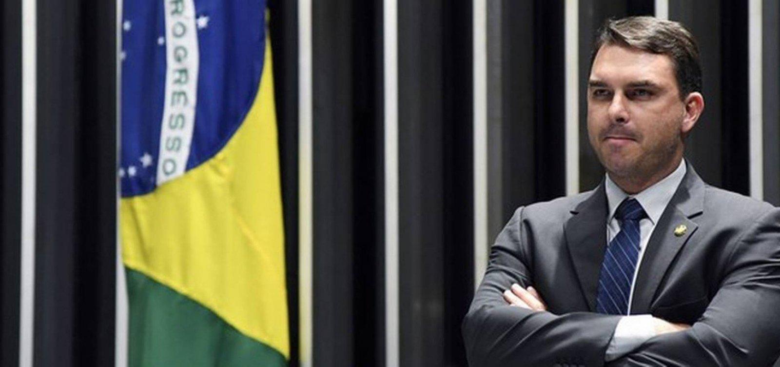 [Flávio Bolsonaro diz que Carlos é 'mais explosivo' e que não vê Queiroz 'há muito tempo']